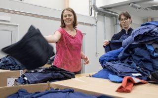 Susanne Eriksson och Tove Runefelt sorterar kläder i Wargön Innovations test- och demoanläggning.
